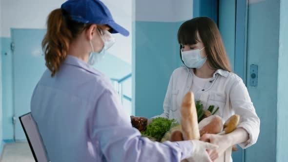 Shop Online, Lieferung Femaly in medizinische Maske und Brille mit Handschuhen, um Ihre Gesundheit zu schützen