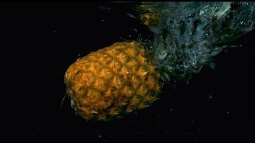 Ananas im Fall im Wasser