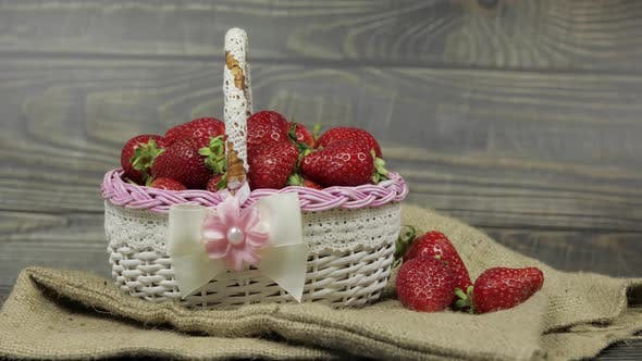 Thumbnail for Erdbeeren in einem kleinen Korb auf dem Holztisch