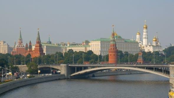 Thumbnail for Brücke über den Fluss Moskau, Mauern und Türme des Kreml auf Hintergrund, Sommer Shot In Abendzeit