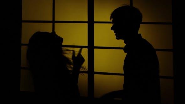 Thumbnail for Mädchen und Junge in der Nähe des Fensters. Silhouette.