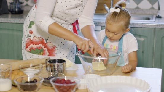 Thumbnail for Mutter Lehre Ihr Kleine Tochter zu backen