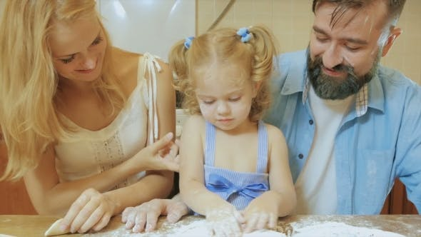 Thumbnail for Familie Koch. Mutter und Tochter Kuchen zusammen