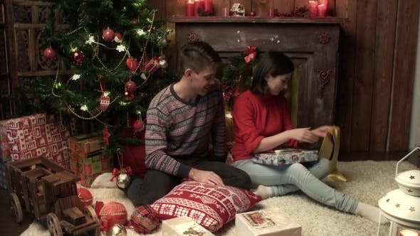 Cover Image for Young Couple Christmas Wrapping Xmas Gifts