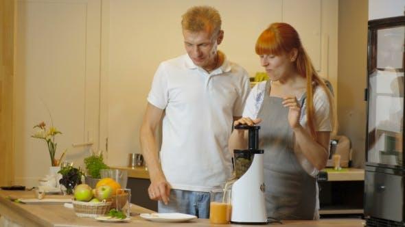 Cover Image for Glückliches Paar Gesunde Bio-Saft In der Küche