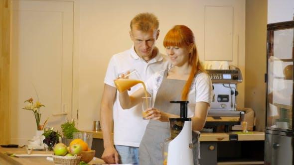 Thumbnail for Glückliches Paar Machen Gesunde Bio-Saft In Küche Und Trinken