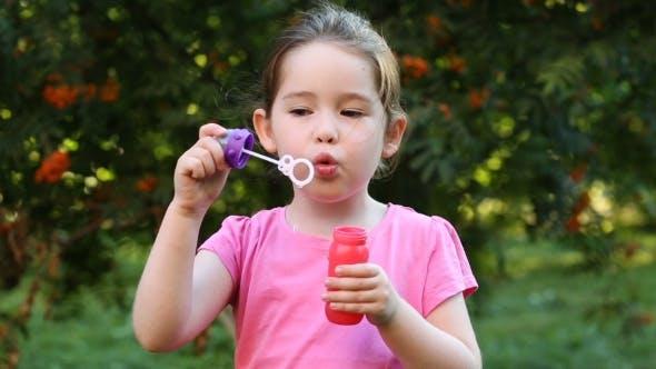 Thumbnail for Happy Child Blasen Seifenblasen in park