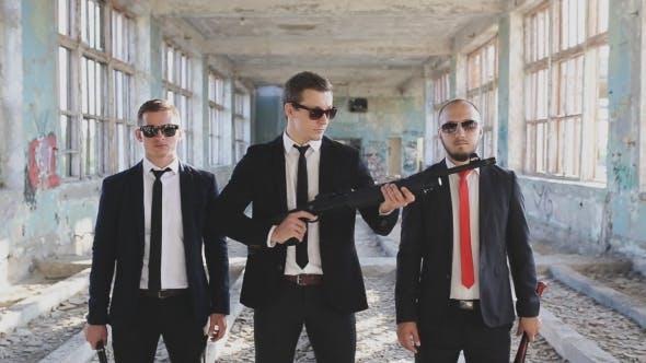 Thumbnail for Drei Herren mit Waffen in verlassenen Gebäude
