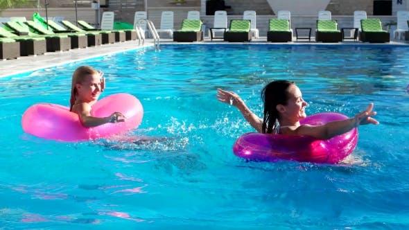 Thumbnail for Mädchen spielen am Pool, Spritzen, Schwimmen