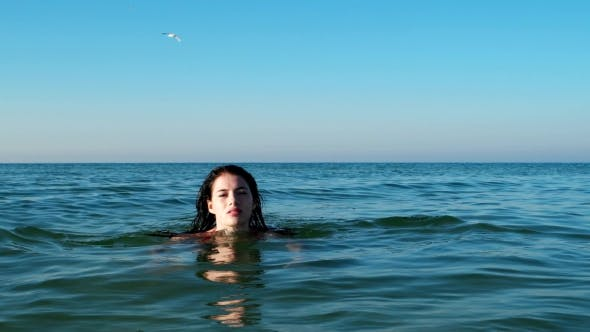 Cover Image for Sexy Girl Swims In The Ocean In Summer