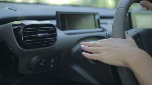 Frau Autofahren Auto und mit Blinker Schalter