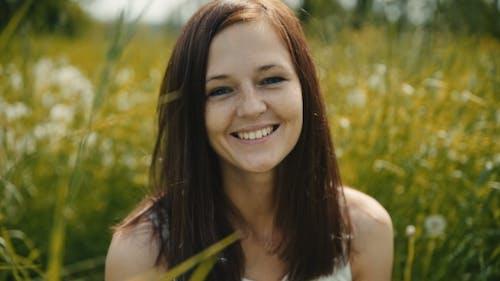 Jeune Femme Souriant Avec Parfait Smile