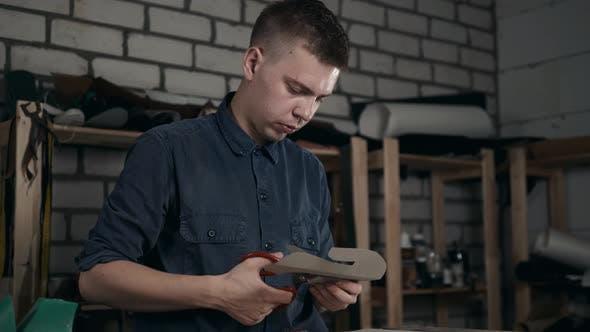 Schuhmacher macht Lederschuhe für Männer Schuhsohle Handarbeit Handarbeit DIY Prozess Handwerker machen Stiefel