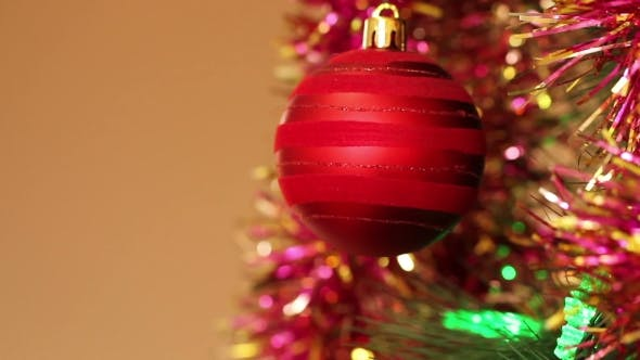 Thumbnail for Rote Kugel auf dem Weihnachtsbaum