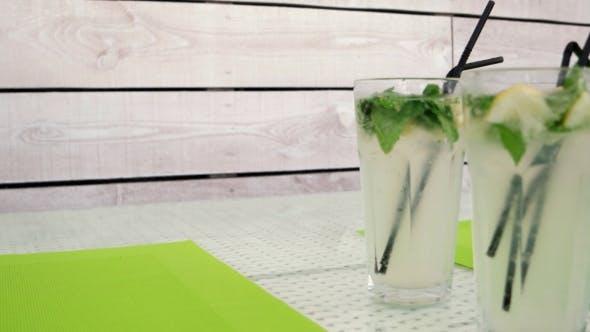 Vier Mojito Cocktail stehend auf dem Tisch