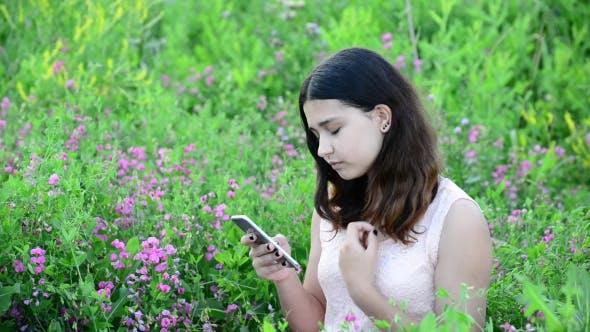Thumbnail for 14 Jahr Mädchen verwendet Telefon im Freien