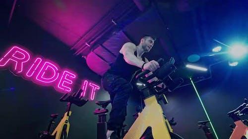 Starker Bodybuilder mit Sixpack Perfect Abs Trizeps Brustschultern im Fitnessstudio