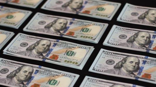 Thumbnail for Ein Hundert Dollar Rechnung auf schwarzem Hintergrund 1