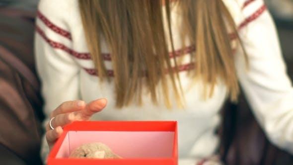 Thumbnail for Wunderschönes lächelndes Mädchen, offenes Weihnachtsgeschenk.