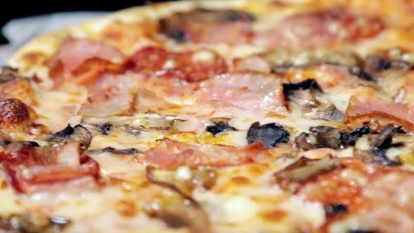 Thumbnail for Frisch gebackene Fleischpizza