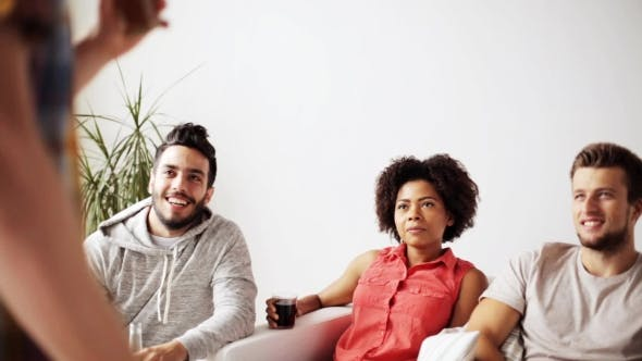 Thumbnail for Glückliche Freunde mit Drinks sprechen zu Hause