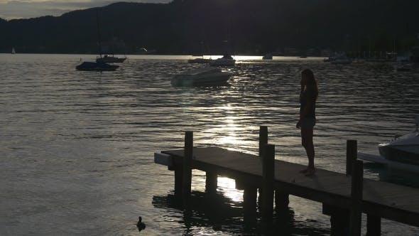 Thumbnail for Motorboot ist Liegeplatz Zum Anlegestelle auf Sonnenuntergang