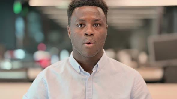 Porträt eines erfolgreichen afrikanischen Geschäftsmannes, der feiert