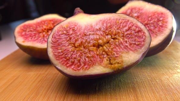 Thumbnail for Mädchen pflücken die Hälfte der fig