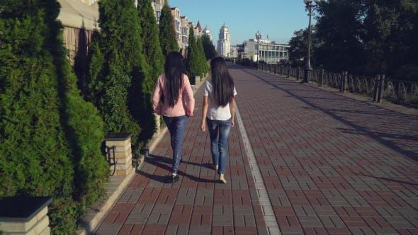 Thumbnail for Zwei Frauen in der Stadt reden verbringen Freizeit.