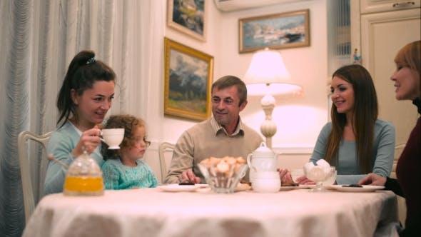 Thumbnail for Familie haben eine Tee-Party zu Hause
