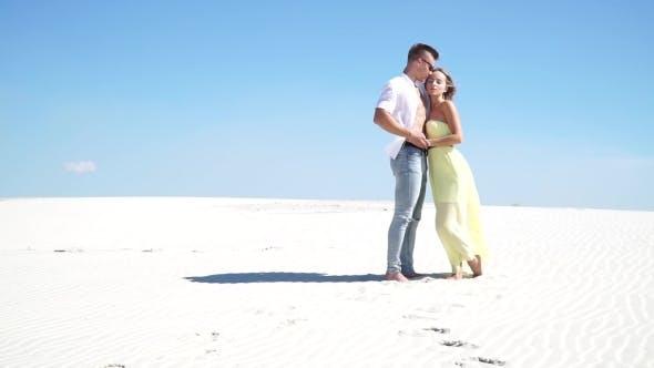 Thumbnail for Liebevolle paar umarmen in der Wüste im Wind