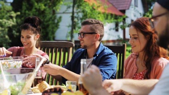 Thumbnail for Happy Friends mit Abendessen bei Sommergarten Party