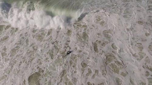Surfer kämpfen in Wellen