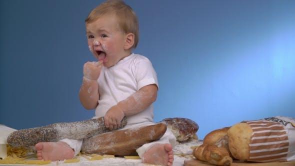 Thumbnail for Baby Bäcker spielen auf blaue Wand