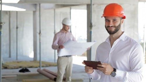 Architector schaut auf den Bildschirm des digitalen Tablets
