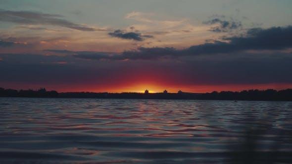 Thumbnail for Sonnenuntergang über dem Wasser. Interessantes, ungewöhnliches Licht.