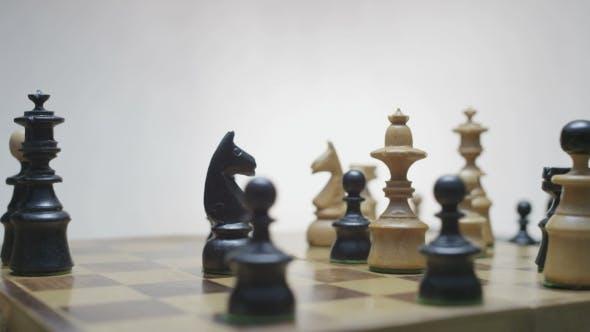 Thumbnail for Schachbrett mit klassischen Holzstücken 018