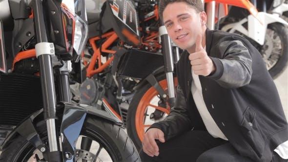 Thumbnail for Ein junger Kunde untersucht Motorrad