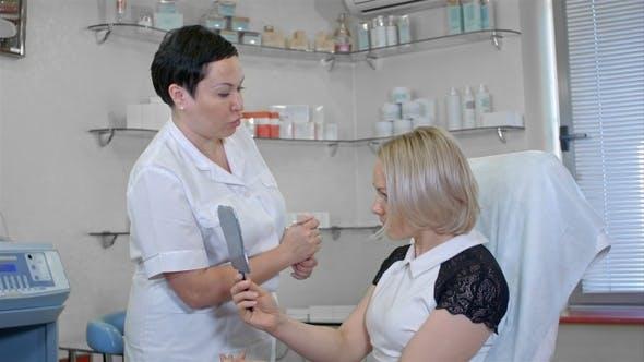 Thumbnail for Kosmetikerin zeichnen Korrekturlinien auf Frau Gesicht