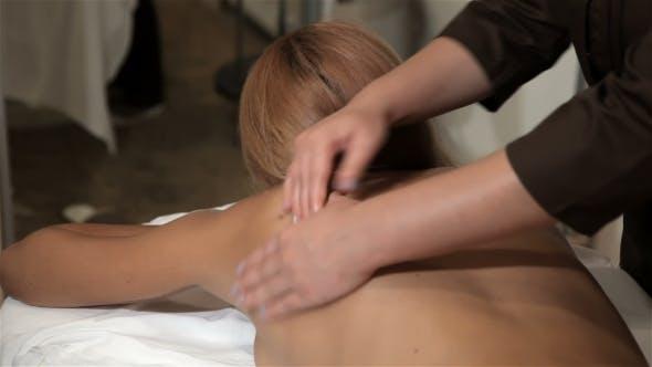 Thumbnail for Masseur Massage des Kunden zurück im Kosmetologiezentrum