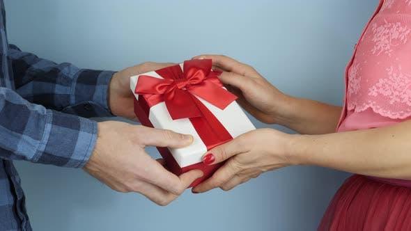 Thumbnail for Frau erhält Geschenkbox zum Valentinstag oder Geburtstag