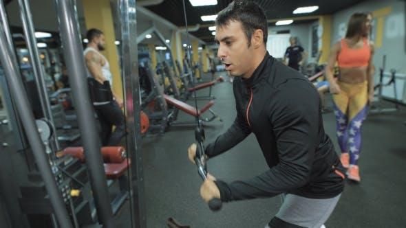 Thumbnail for Athlet trainiert im Fitness-Club.