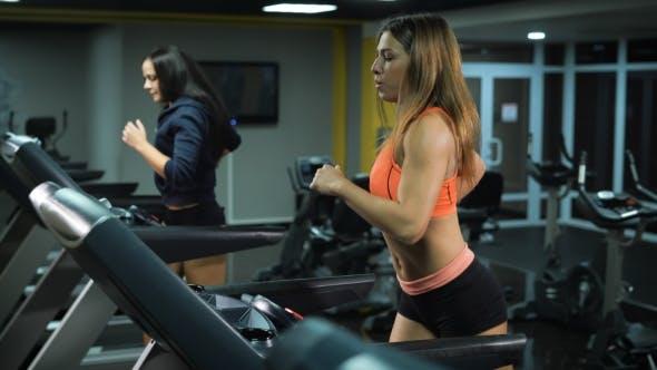Thumbnail for Two Fit Mädchen Laufen bei der Fitness-Studio