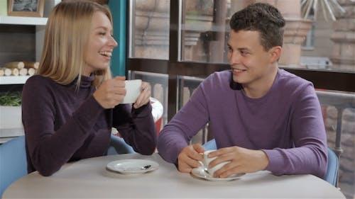 Paar Flirts im Cafe