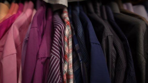 Herren Hemden auf Kleiderbügeln