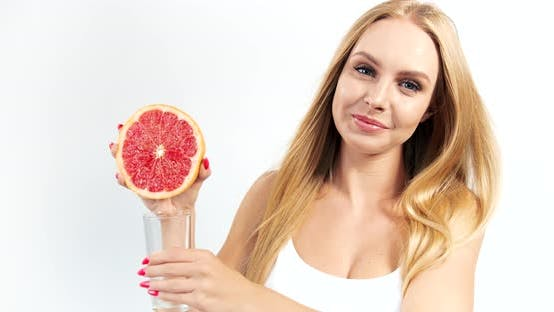 Frau Pressen Grapefruitsaft zu Glas