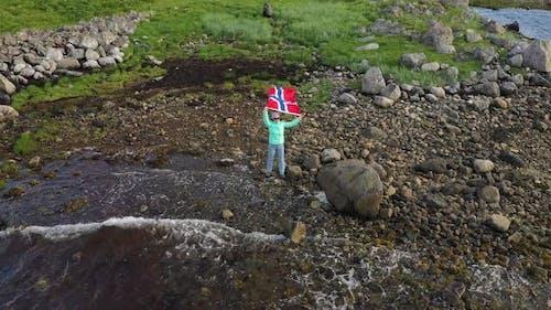 femme avec un drapeau ondulant de Norvège