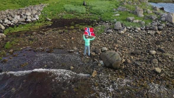 Thumbnail for femme avec un drapeau ondulant de Norvège