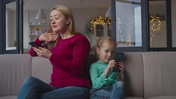 Thumbnail for Familie mit Handys süchtig nach sozialen Netzwerken