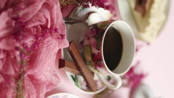 Köstliches Dessert auf rosa Hintergrund. Heißer Kaffee oder Zartbitterschokolade mit weißer Schokolade